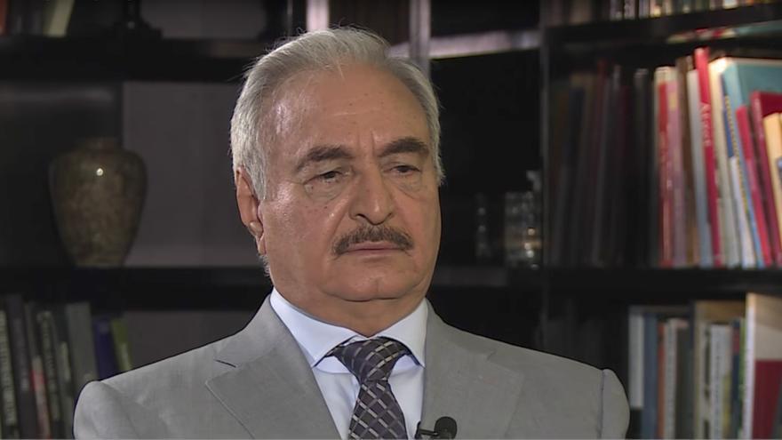 El General Khalifa Haftar durante una entrevista