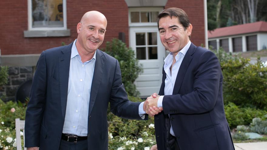 Carlos Torres Vila (izquierda) y Keith Block durante la firma del acuerdo en San Francisco.