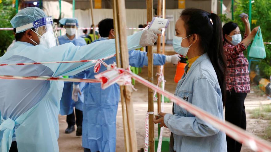 Camboya alarga una semana el confinamiento de su capital para frenar la covid