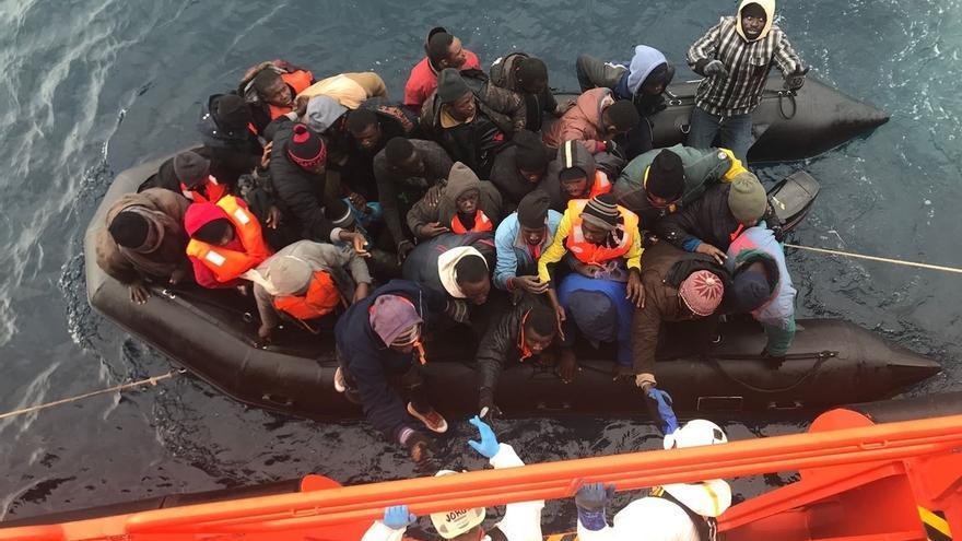 Rescatados 32 varones y cuatro mujeres de una patera a 27 millas al este de la isla de Alborán