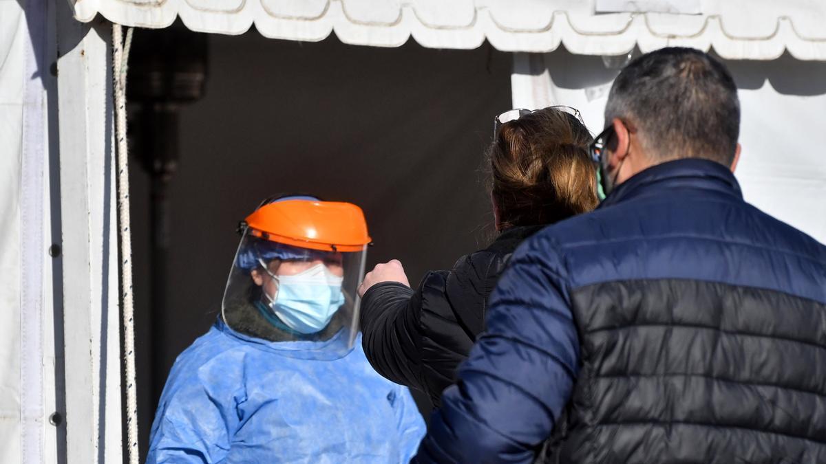 El Ministerio de Salud de Córdoba realizaba hoy una intensa tarea para detectar y aislar a las personas que mantuvieron contacto con el primer portador de la variante Delta de coronavirus en esa provincia, que contagió a 14 personas y obligó a aislar a otras 160.