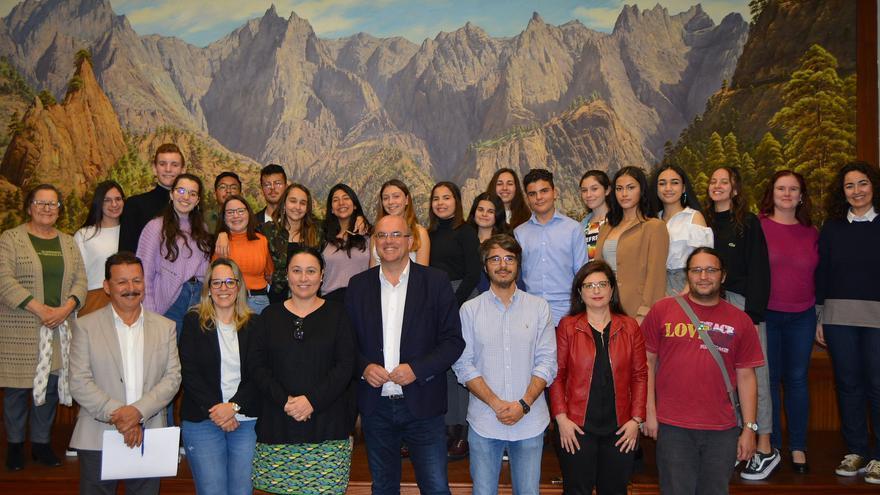 Los estudiantes con los representantes públicos en el Cabildo.