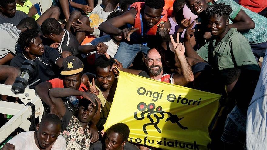 Jon García Andonegi, junto con las personas rescatadas