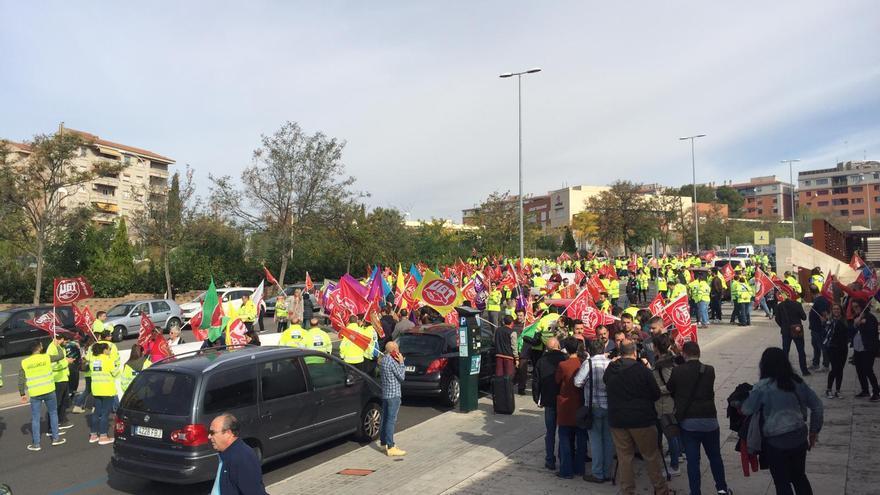 Manifestación de trabajadores y trabajadoras de ambulancias frente a la Consejería de Sanidad
