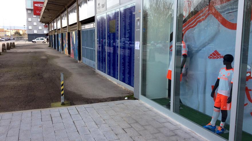 La tienda oficial de El Sadar, con el Reyno Arena al fondo.