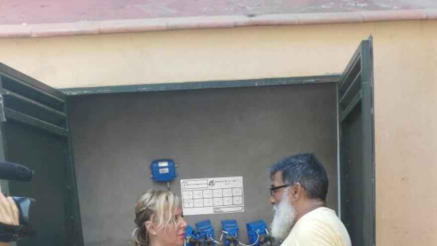 Justo Rodríguez, junto a los contadores del edificio en el que está su vivienda