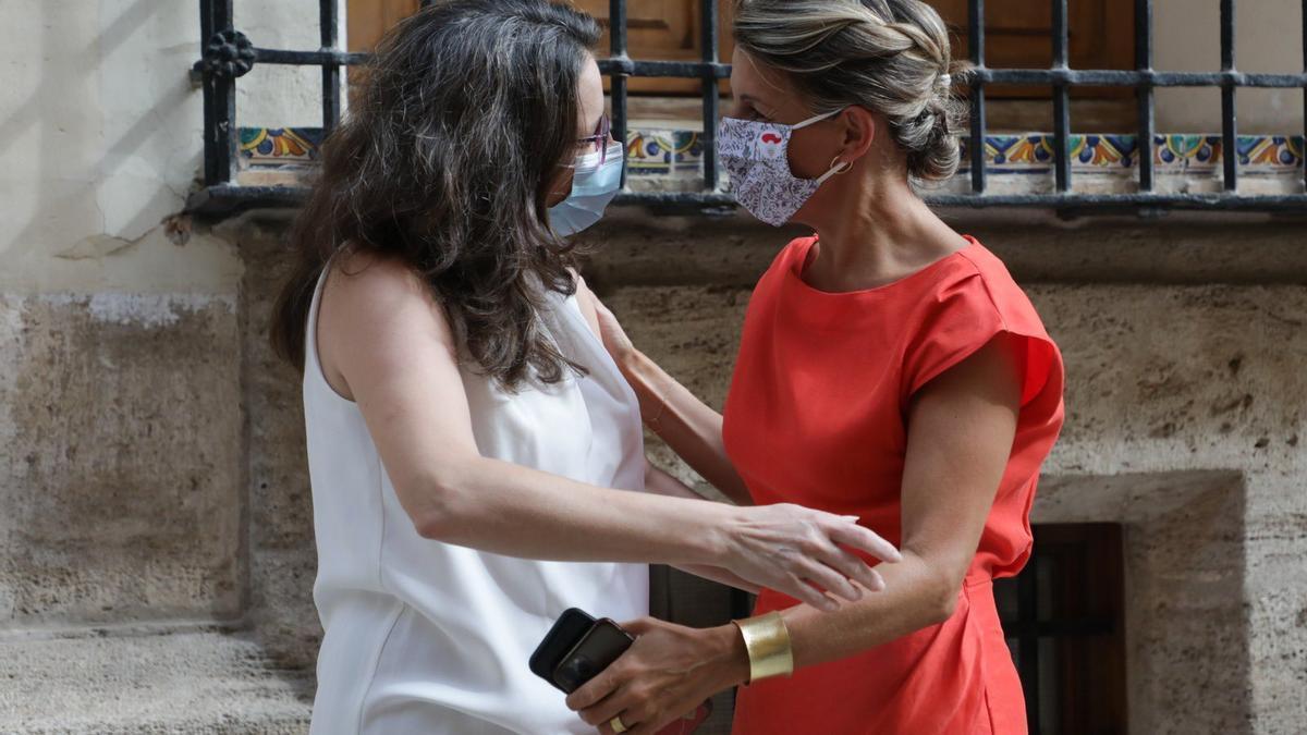 La vicepresidenta valenciana, Mónica Oltra, junto a la vicepresidenta segunda del Gobierno, Yolanza Díaz.