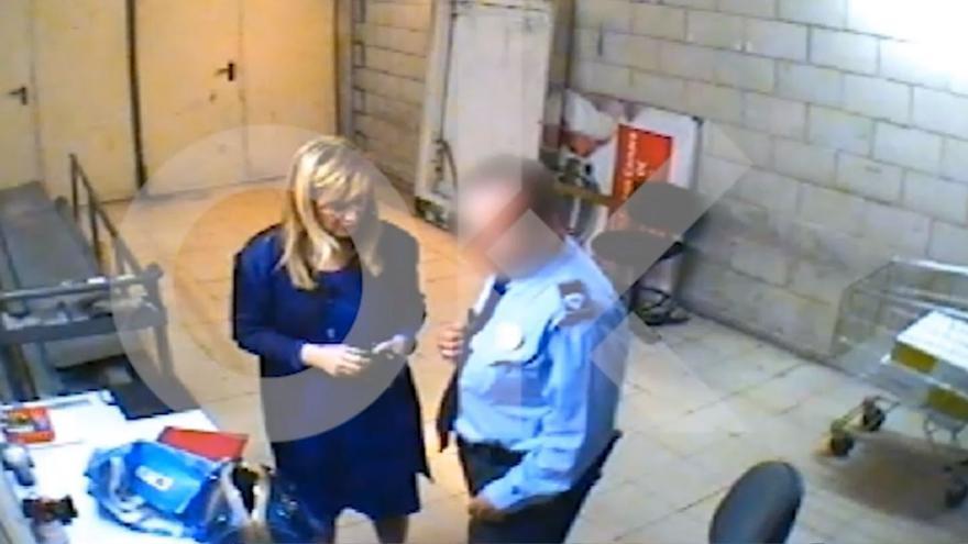 La presidenta de la Comunidad de Madrid, Cristina Cifuentes, retenida por un vigilante de seguridad en el año 2011.