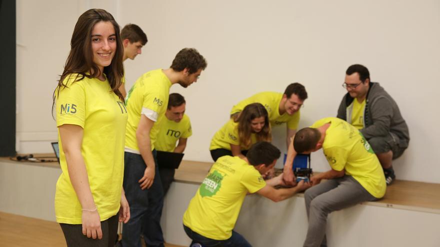 María Luisa Ripoll junto a su equipo de trabajo en Infecar, dando los últimos retoques al prototipo.