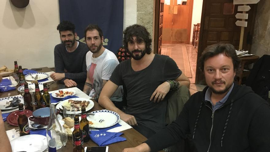 El grupo Izal, durante una comida en Lugo / Mike Behrendt