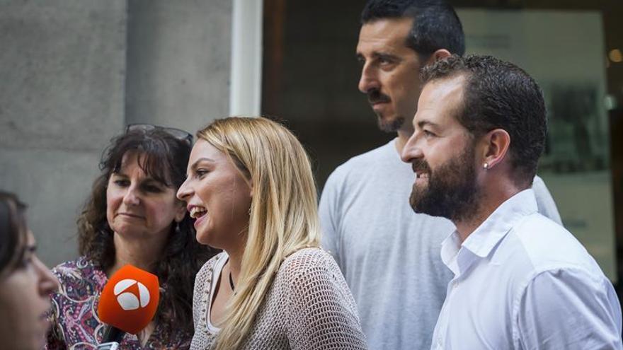 La portavoz de Podemos en el Parlamento de Canarias, Noemí Santana (2i) atiende a los medios de comunicación junto a los otros cabezas de listas de las otras candidaturas en liza; María Concepción Monzón (i), Eloy Cuadras (2d) y Juan José Márquez (d).