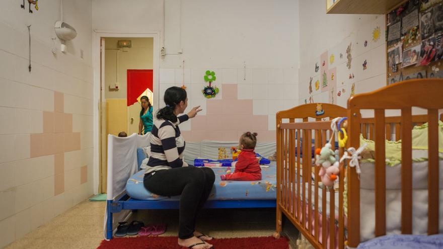 Una reclusa con su hijo, en su habitación en Wad-Ras. /ENRIC CATALÀ