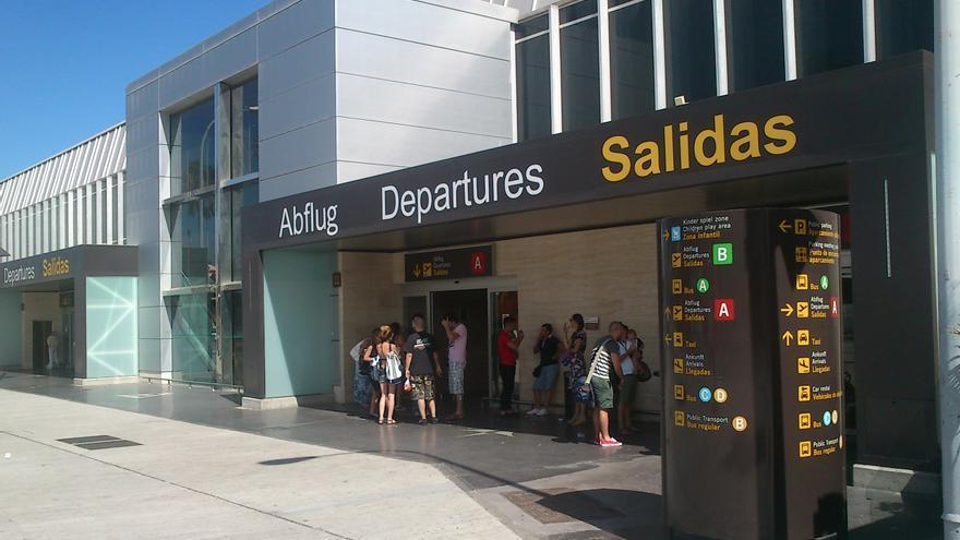 Exterior de la terminal de salidas del aeropuerto Reina Sofía.