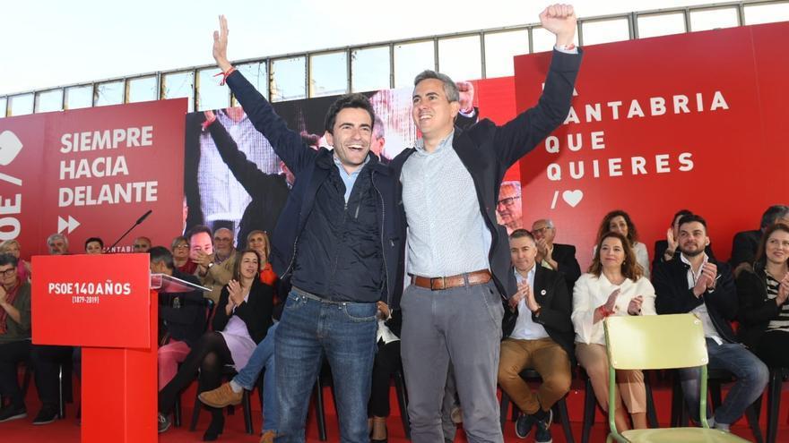 Pedro Casares y Pablo Zuloaga durante el acto de presentación de candidaturas del PSOE para el 26-M