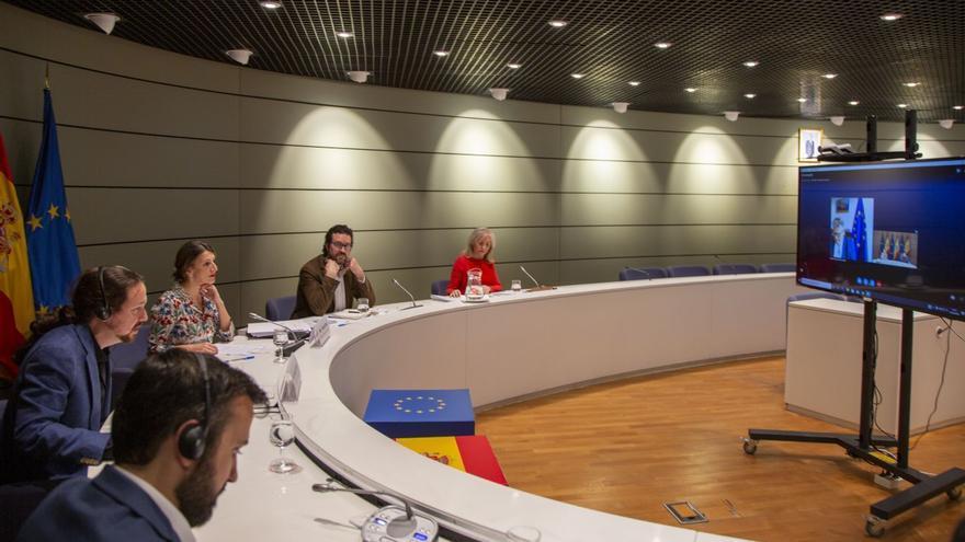 El vicepresidente segundo y ministro de Derechos Sociales y Agenda 2030, Pablo Iglesias, y la ministra de Trabajo y Economía Social, Yolanda Díaz, han mantenido hoy una reunión de trabajo, a través de videoconferencia, con el comisario de Empleo y Derechos Sociales de la Unión Europea, Nicolas Schmit. 30 de abril de 2020.