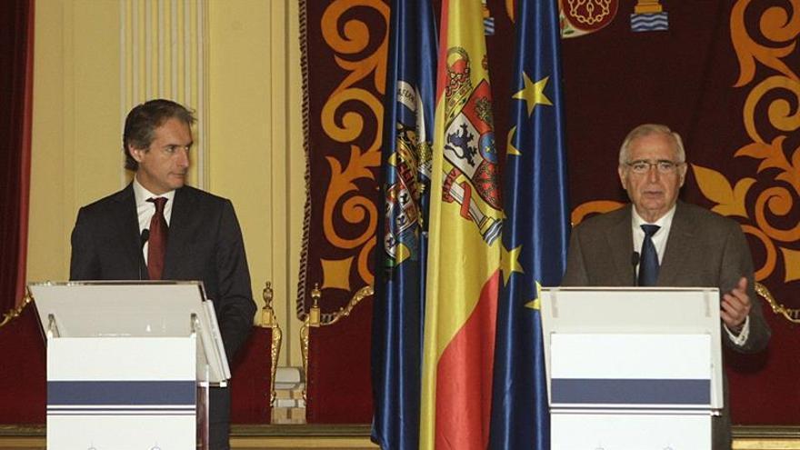 El ministro de Fomento, Íñigo de la Serna (i),junto al presidente de Melilla, Juan José Imbroda
