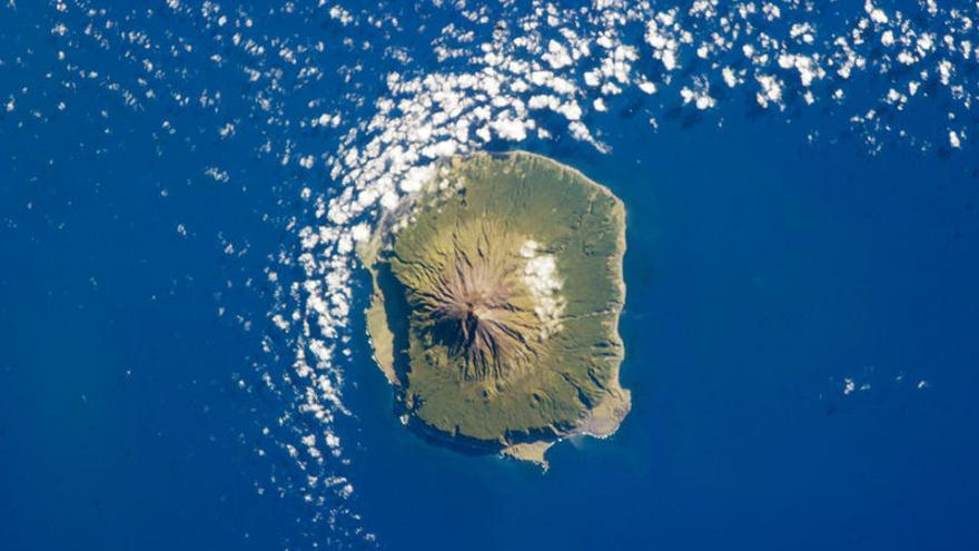Vista de la isla de Tristán de Acuña, que da nombre al archipiélago, desde el espacio