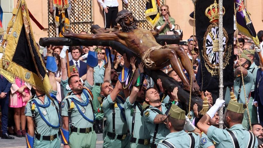 El desembarco de la Legión y el traslado del Cristo de la Buena Muerte emocionan a Málaga
