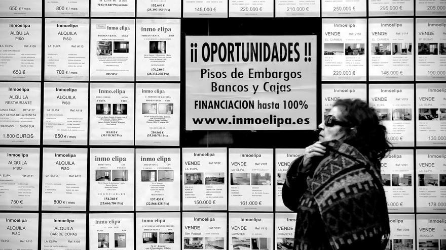 Una inmobiliaria ofrece pisos procedentes de desahucios (Olmo Calvo).