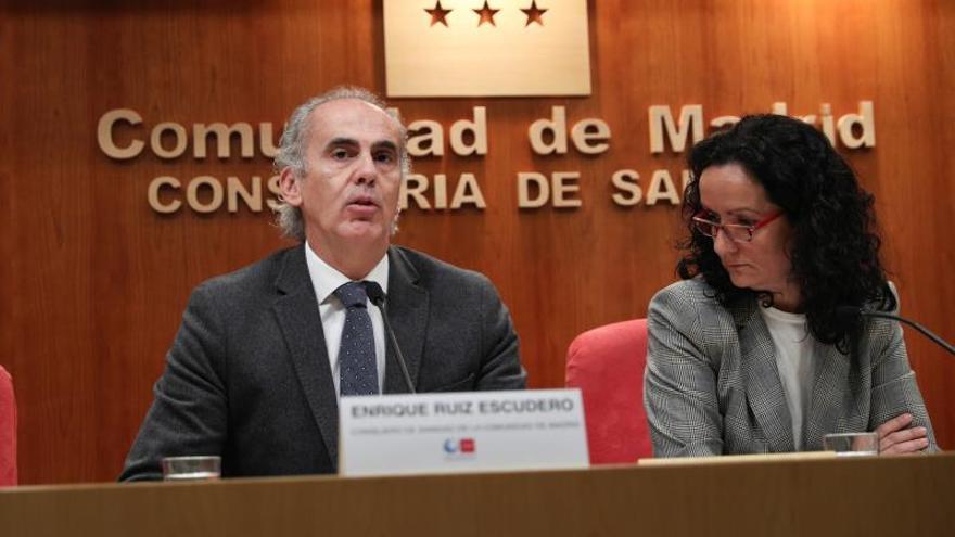 El consejero de Sanidad de la Comunidad de Madrid, Enrique Ruiz Escudero (i) y la directora general de Salud, Yolanda Fuentes (d).