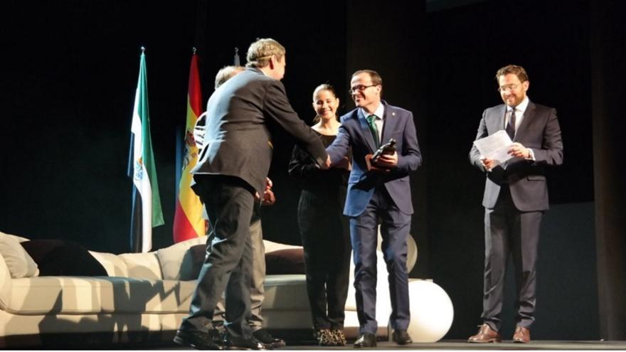 El alcalde de Villanueva, Miguel Ángel Gallardo, y la portavoz de la Junta Isabel Gil Rosiña entregan  los premios a los ganadores de la pasada edición / Twitter @aytovvaserena