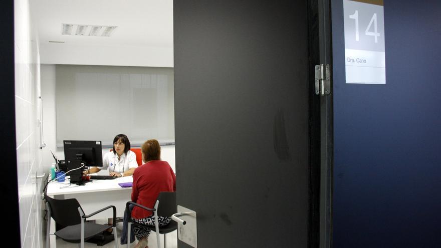 Una médico atiende una consulta en el Centro de Atención Primaria.