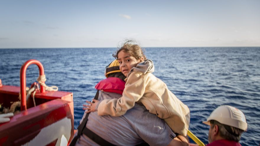 Amena (nombre ficticio), una niña siria de cinco años es traída a bordo del Vos Hestia por los miembros del equipo de Save the Children, el 12 de octubre de 2016. | Foto: Jonathan Hyams/Save the Children