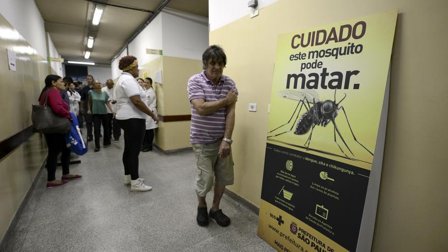 Campaña contra las enfermedades transmitidas por mosquitos en un centro sanitario de Brasil.