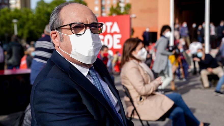 El candidato del PSOE a la Presidencia de la Comunidad de Madrid, Ángel Gabilondo, durante un acto electoral frente al Teatro Buero Vallejo, a 30 de abril de 2021, en Alcorcón, Madrid (España). Los partidos se enfrentan a la recta final de la campaña por