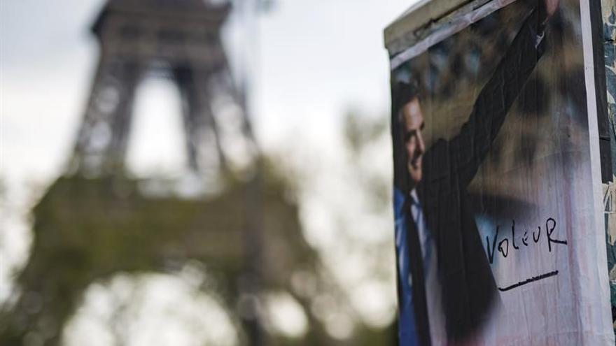 La Torre Eiffel apaga sus luces por el atentado de San Petersburgo