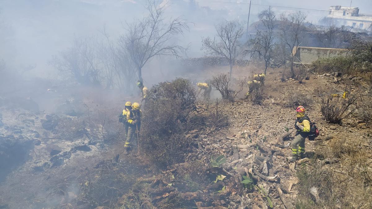 Servicio de equipos de intervención y refuerzo en incendios forestales (EIRIF) del Gobierno de Canarias en labores para controlar el incendio de El Paso (La Palma).