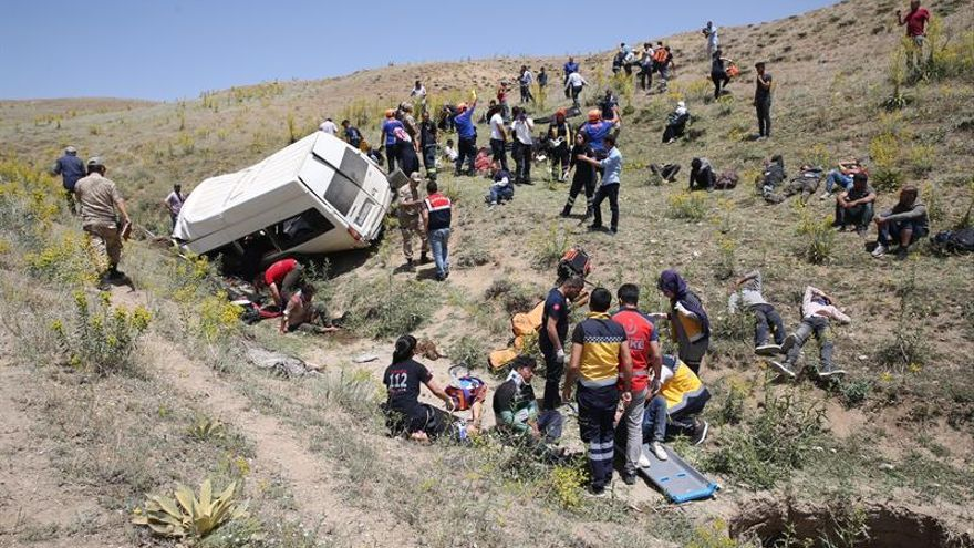 Mueren 16 inmigrantes al volcar la furgoneta en la que viajaban por Turquía