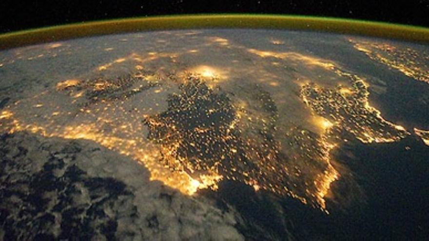 El alumbrado de nuestras ciudades permite distinguir las siluetas de los continentes sobre la superficie oscura del mar. En la foto, vista de la peninsula Ibérica desde la Estación Espacial.