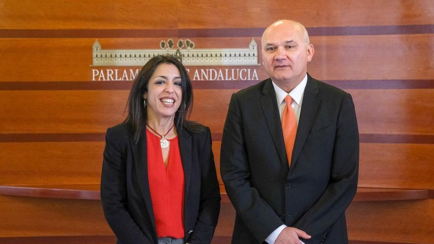 Marta Bosquet y Manuel Medina, antes de su reunión en el Parlamento andaluz.