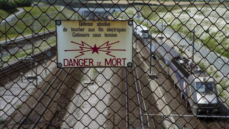 """Vista de un letrero de """"Peligro de muerte"""" en la valla de la vía férrea en Calais, Francia. / EFE."""