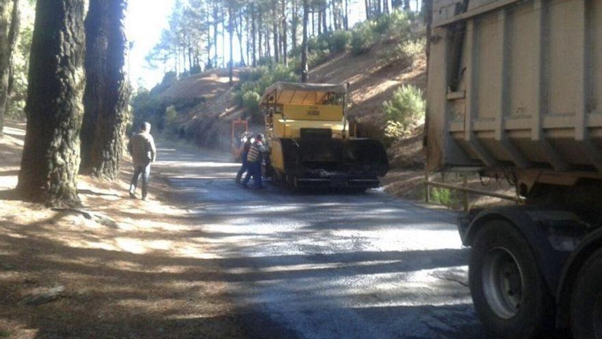 Imagen de archivo del  asfaltado de un tramo de la carretera del  Refugio de El Pilar.