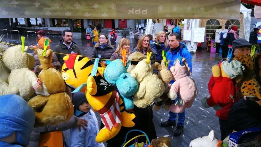 Más de 500 escolares de Barakaldo colaboran en la venta de juguetes de segunda mano para ayudar a niños con cáncer