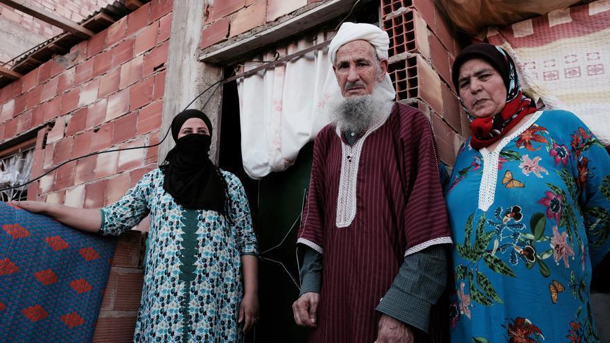 Sarah junto a sus padres frente a la habitación que se construyó para ella y sus hijos en la terraza de la casa de sus progenitores en Marruecos..
