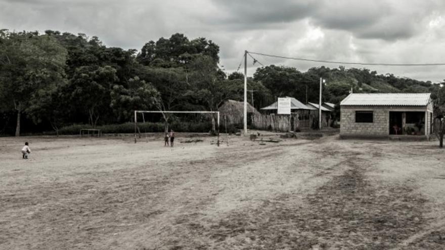 Muchos de los asesinatos de la Masacre de El Salado fueron perpetrados en su cancha de fútbol. Foto: AeA Colombia