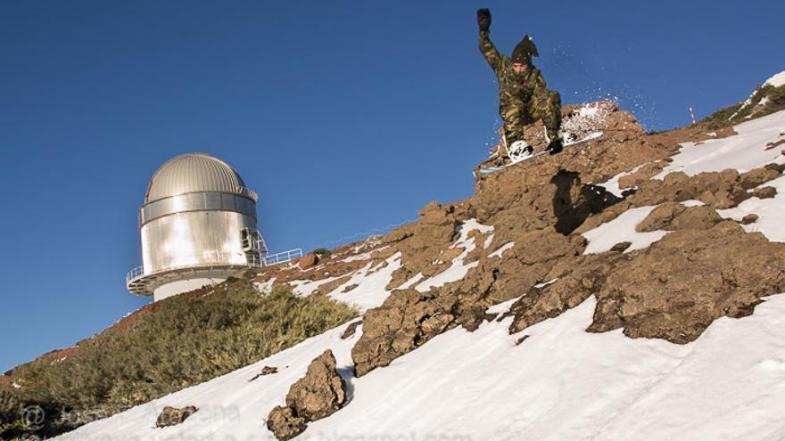 En la imagen, un 'snowboarder', el pasado viernes, en El Roque de Los Muchachos, con el telescopio NOT  al fondo. Foto: JOSÉ F. AROZENA.