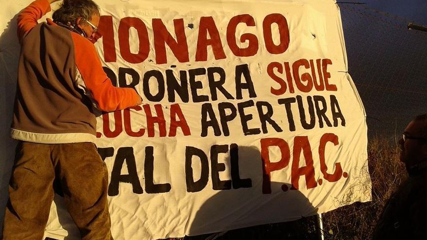 Un vecino de Madroñera coloca una pancarta contra el cierre de las urgencias rurales en la localidad / Facebook CONTRA EL CIERRE DE URGENCIAS DE MADROÑERA