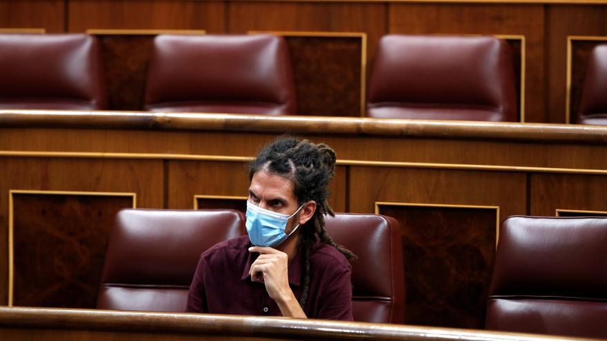 Imagen de archivo del diputado de Podemos Alberto Rodríguez durante un pleno del Congreso. EFE/Javier Lizón