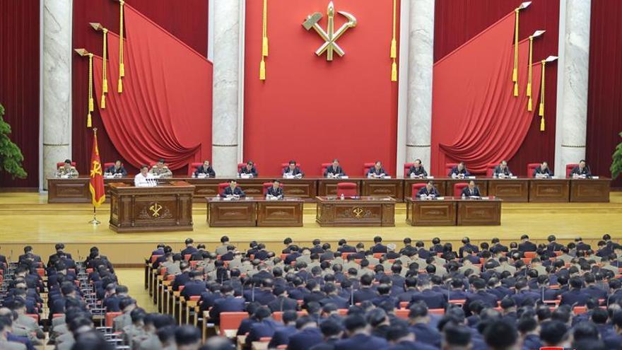 Foto proporcionada por la agencia oficial norcoreana KCNA del líder norcoreano Kim Jong-un (3-i) presidiendo la quinta reunión plenaria del actual Comité Central del Partido de los Trabajadores, en Piongyang, Corea del Norte, el 29 de diciembre de 2019.