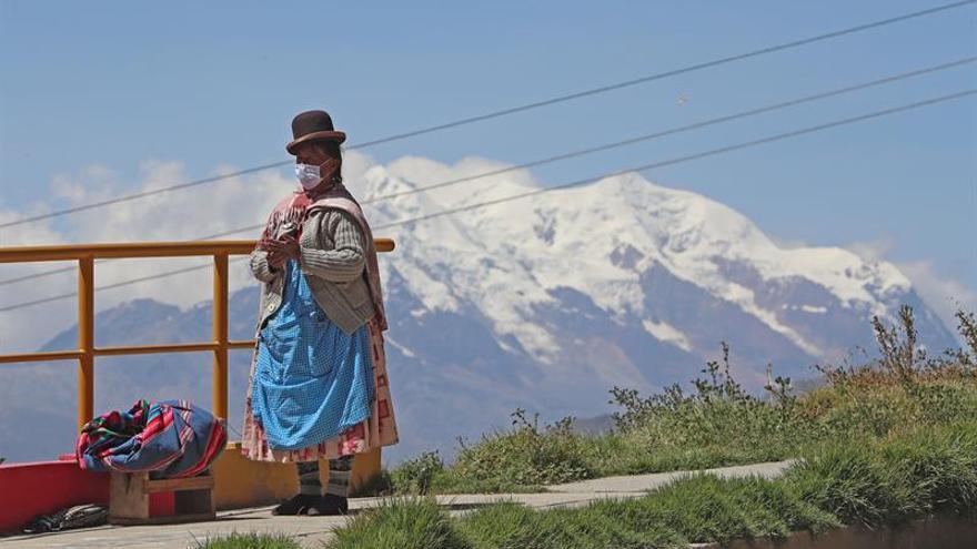 Una mujer aimara con tapabocas es vista ayer en la ciudad de La Paz (Bolivia).