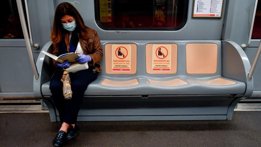 Medidas de distanciamiento social en el metro de Milán (Italia) por la crisis del coronavirus.