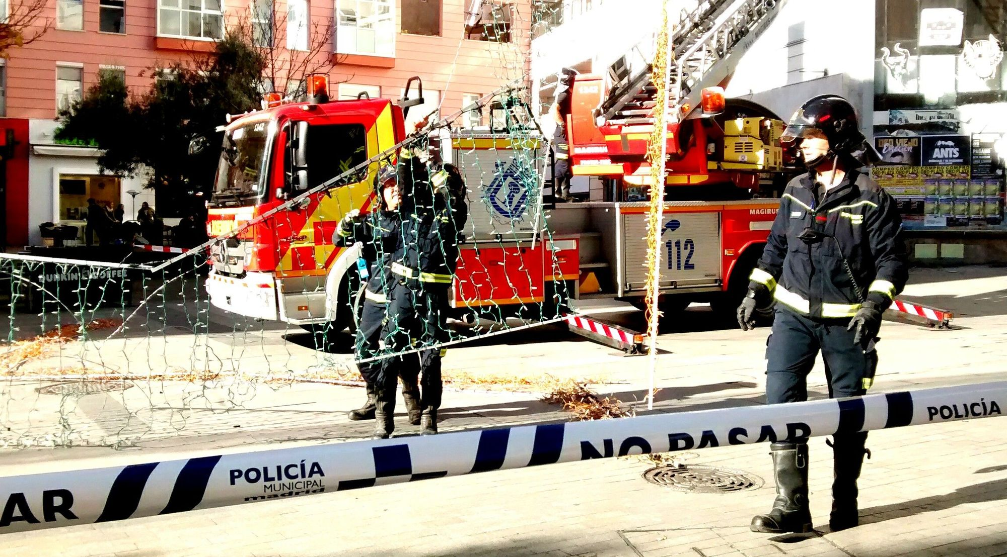 Bomberos descolgando el alumbrado navideño de Fuencarral   FOTO: SOMOS MALASAÑA