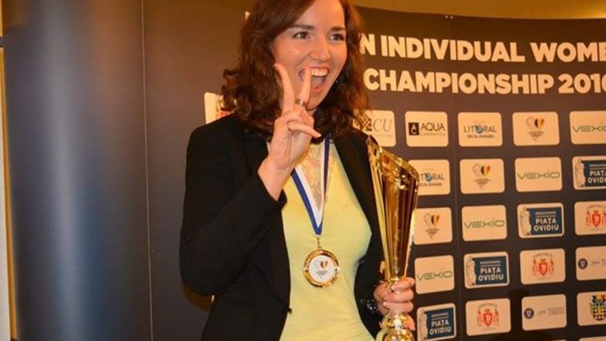 Sabrina Vega con el trofeo de Subcampeona de Europa Femenino.