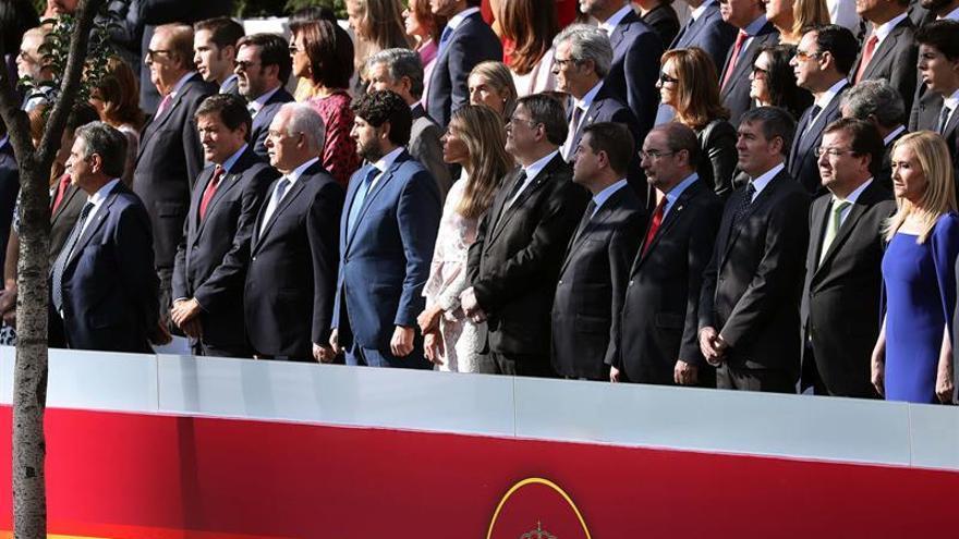 Los presidentes de Cantabria, Miguel Ángel Revilla (i); de Asturias, Javier Fernández (2i); de La Rioja, José Ignacio Ceniceros (3i); de Murcia, Fernando López Miras (4i); de Valencia, Ximo Puig (c); de Castilla-La Mancha, Emiliano García-Page (5d); de Aragón, Javier Lambán (4d); de Canarias Fernando Clavijo (3d); de Extremadura, Guillermo Fernández Vara (2d), y de Madrid, Cristina Cifuentes (d), durante el desfile del 12 de octubre
