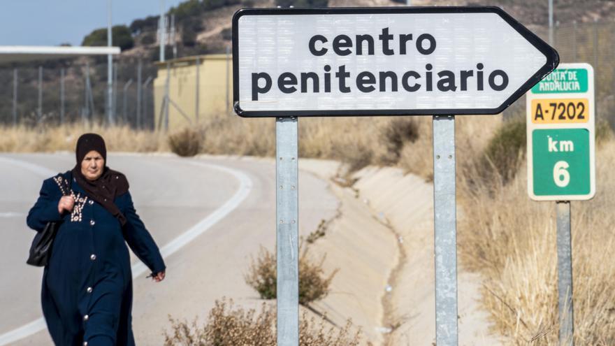 Una familiar de uno de los migrantes presos transita por el km A7202 camino de la prisión de Archidona.