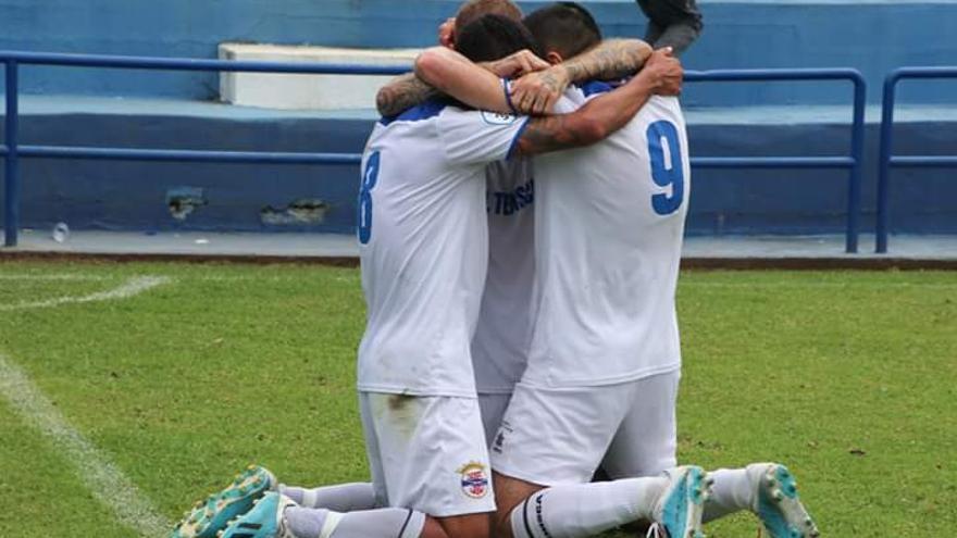 Los jugadores de la entidad palmera celebran un gol
